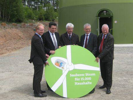 (vlnr): Dr. Thorsten Ebert (Vorstand Städtische Werke AG Kassel), Dr. Michael Maxelon (Vorstandsvorsitzender Städtische Werke AG Kassel), Bertram Hilgen (Oberbürgermeiste Kassel), Minister Tarek Al Wazir und Jürgen Herwig (Bürgermeister Hessisch Lichtenau).